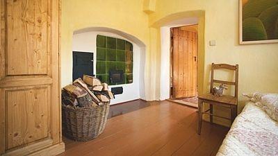 Pec svými stěnami zasahuje do několika místností.