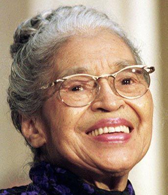 Rosa Parks 1913-2005  1930′larda beyaz ve siyahlar otobüslerde farklı koltuklarda oturuyordu. Alabama´da beyaz bir adam Parks´tan kendisine yer vermesini istedi. Kendine ayrılan bölümde oturan Parks yer vermeye diredi ve bunun sonucu tutuklandı. Bu olay Amerika'da siyahi direnişin milatlarından biri olarak kabul ediliyor.