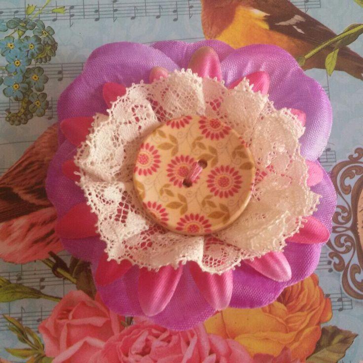 Fermaglio per capelli realizzato a mano per uno stile unico! #summer #estate #pinup #rockabilly #FridaKahlo #color #flower #fiore #sweet #kawaii #violet #rose #pink #lace #pizzo #bottone #legno #feltro #hair #capelli #primavera #spring #camelia