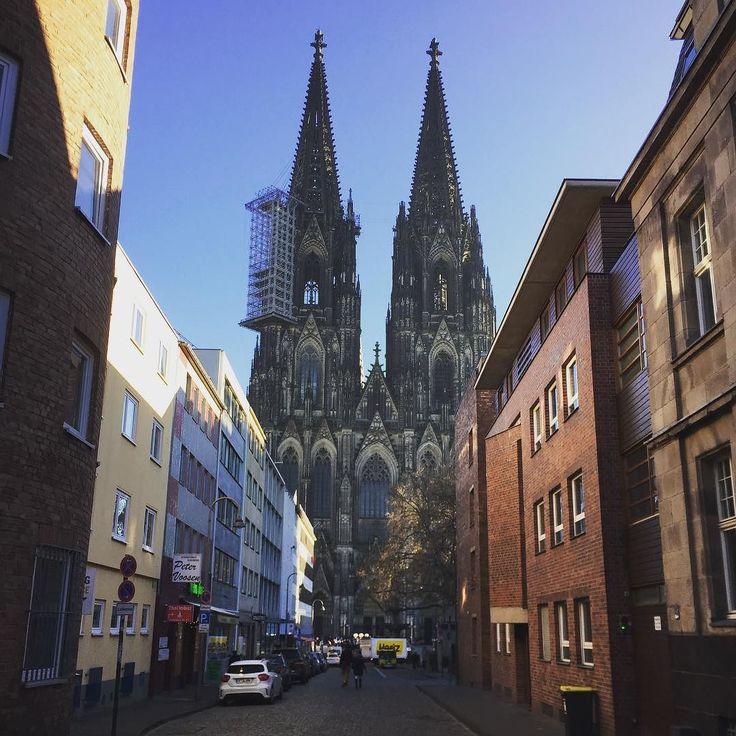 All eyes on the #kölnerdom ahead of #newyears2017