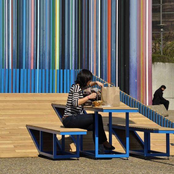 """Pour """"Forme Publique"""" la Biennale de Design de Mobilier Urbain à La Défense, Jérôme Aich, Jean-Christophe Dumont et Sébastien Perruche du collectif Ferpect ont imaginé le mobilier urbain multi-fonction """"Dune""""."""
