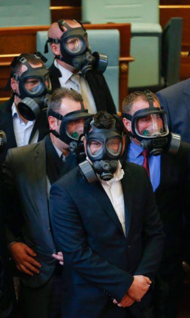 Kosowscy policjanci w maskach przeciwgazowych w parlamencie w Prisztinie. Opozycja po raz kolejny użyła gazu łzawiącego podczas obrad. http://www.tvn24.pl/zdjecia/zdjecie-dnia,46897,lista.html