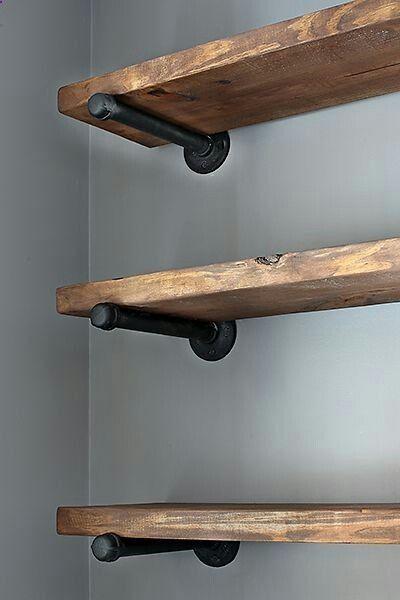 Planken van de vloer als boekenplank