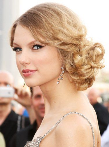 .Prom Hairstyles, Updo Hairstyles, Taylors Swift, Hair Style, Celebrities Hairstyles, Promhair, Side Buns, Curly Hair, Bridesmaid Hairstyles
