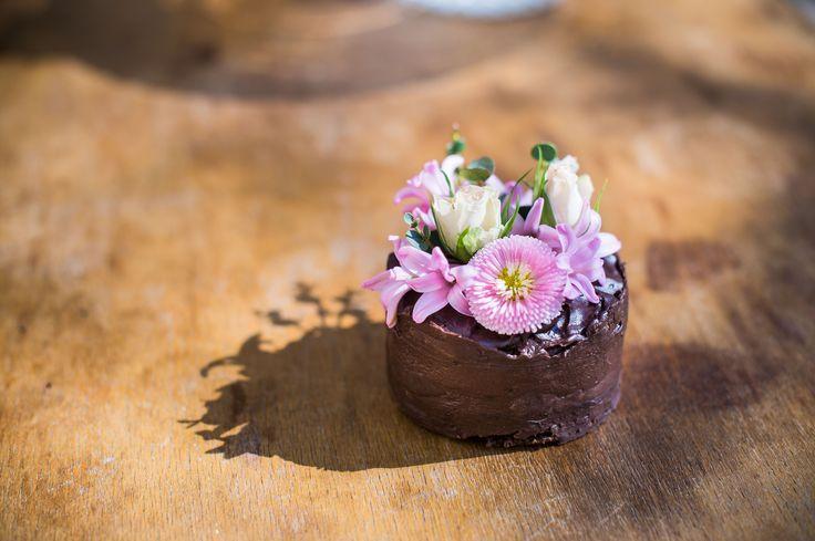A tortáinkat kérésre dekoráljuk neked! Élővirággal, szalagokkal, csipkével, ahogy azt az Asztalkától megszokhattad! Vidd haza a tortával együtt az Asztalkás hangulatot is a születésnapi asztalra! :)