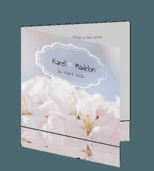 Trendy trouwkaart met witte bloemen.  #trouwkaarten #bruiloft #trouwen