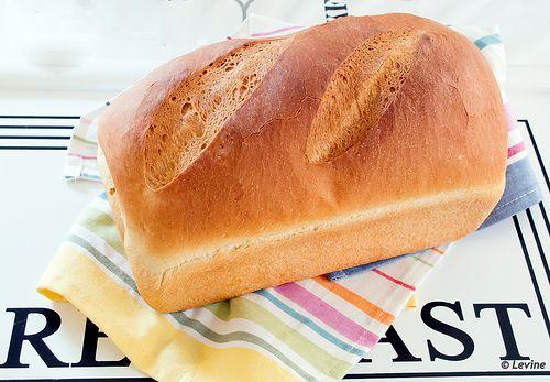Vandaag bakte ik op verzoek van mijn echtgenoot een wit brood. Geen poespas, geen zuurdesem, een gewoon recht-toe-recht-aan wit brood.   ...