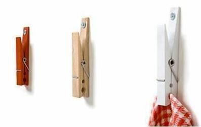 Zaag een kant van de wasknijper een stukje korter,bevestig de lange kant aan de muur en je handdoeken hangen prima!!