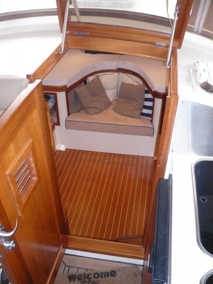 VERKOCHT - SOLD - VERKAUFT Opmerkingen: Lloyd's CE gekeurd voor categorie B. De Intercruiser 29 is in ontwerp en uitvoering een kruising tussen een snelvarende sloep en een cruiser. Jacht heeft 4 vaste slaapplaatsen en 2 variabele. De grote kuip met open kombuis biedt aan 9 personen een comfortabele zitplaats.Jacht is gebouwd in 2005 en geleverd aan de eerste (en huidige) eigenaar in voorjaar 2006. Vorm: Deep-V, Dek uitvoering: Teak, Kiel/zwaard: Deep-V, Waterverplaatsing (in kg): 5....