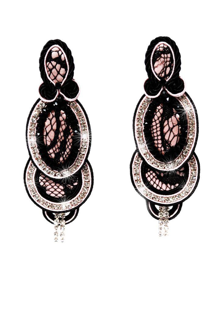 Orecchini, tecnica soutache, realizzati a mano, nei toni nel nero e rosa cipria, con inserti di seta, pizzo nero e cristalli.