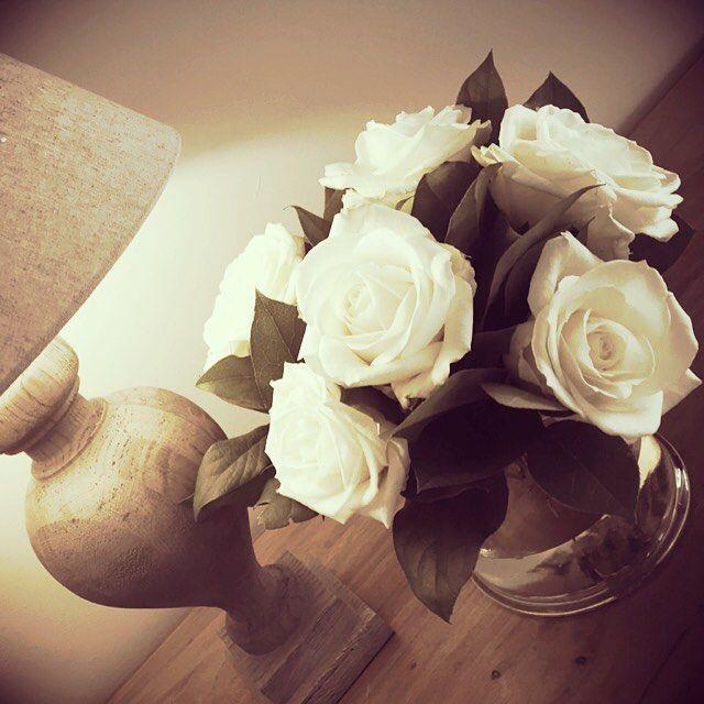 Just a little present for myself ☺️ #roses #rozen #rose #witterozen  #present #cadeautjevoormezelf #bloemen #zaligthuis #instahome #instaflowers #ourhome #ourhouse #whiterose #soberwonen #bloemeninhuis #flowerstagram #flowerlovers #genieten #gezelligheid #gezelligbinnen #home #homedeco #myhome #myhouse #mystyle #Wonenlandelijkestijl #cosyhome #bloemen #boeket