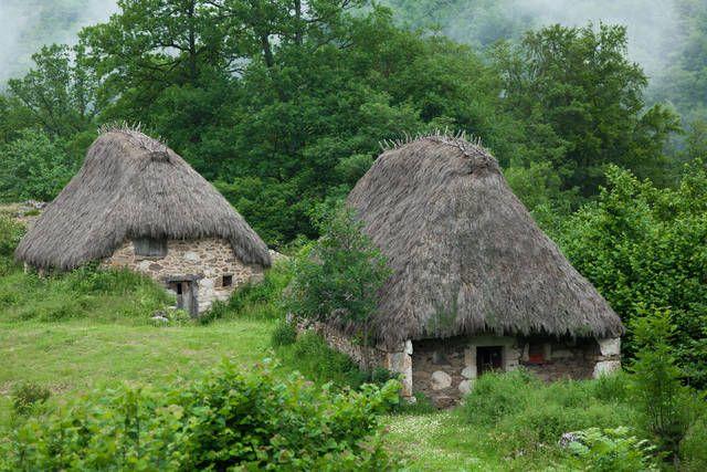 Un parco nazionale che protegge i laghi e le montagne cantabriche, le case storiche con i tetti di paglia.