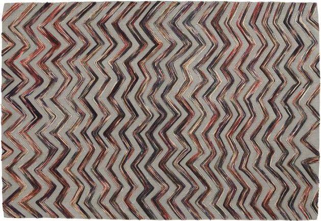 Elegante e raffinato. Con una base color corda in cotone e una meravigliosa lavorazione sovrapposta a zig zag in lana, con delle favolose tonalità calde. Si respira un qualcosa di magico in questo tappeto che affascina, conquista e da letteralmente vita al pavimento.