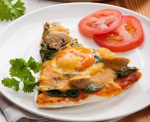 Пицца с яйцами и шпинатом Фото: Олег Кулагин/BurdaMedia