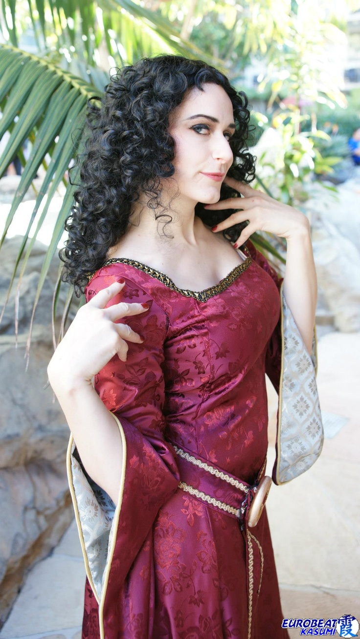 Tangled Cosplay. This cosplay is so good it's scary.. xD