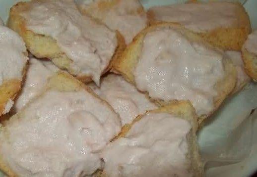 crostini al prosciutto cotto di www.iopreparo.com Si preparano velocemente e senza troppo impegno Ideali per un buffet o una cena estiva. Una salsa delicata e sorprendente a base di prosciutto è perfetta per comporre dei deliziosi crostini.