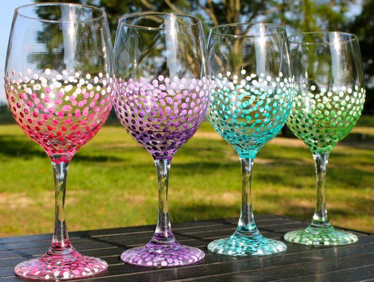 Questi bicchieri di vino sono un grande dono per le spose, feste nuziali, nubili, compleanni, o semplicemente perché!  Questo elenco è per una serie di dipinti di bicchieri di vino dot ombre 4 a mano. Si tratta di bicchieri di vino 20 oz bianco.  Quando si ordinano, si prega di includere i seguenti dettagli: 1) tipo di vetro: bianco o rosso 2) colore: Questi può essere fatto in qualsiasi colore. (Colori indicati in questo elenco sono: caldo rosa, viola, verde acqua e verde). Gli occhiali…