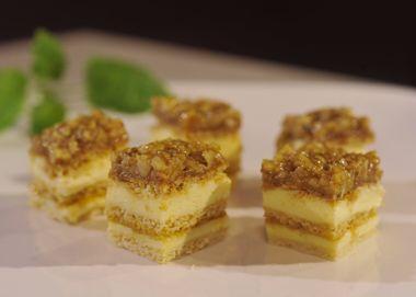 Cukor, med a maslo rozpustíme v hrnci a potom mierne ochladíme. Vmiešame vajcia, pridáme múku so sódou bikarbonou a vypracujeme cesto, ktoré potom rozdelím