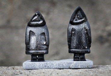 Grønland har et unikt udbud af smukke og håndlavede kunsthåndværker såsom tupilakker, smykkesten og sælskind. Læs mere om souvenirs her.