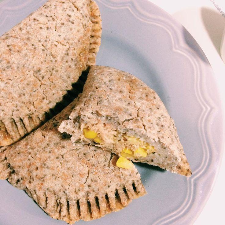 Empanadas de chia rellenas con atún y aguacate  ▫️1/2 taza de harina de maíz ▫️1 taza de harina de espelta ▫️agua para amasar ▫️1/2 taza de chia ▫️condimentos (sal...