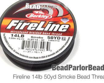 Fireline 14lb yd 125 bobina de cristal. Se trata de las cosas buenas!!  Fireline es ideal para beadweaving y sobre todo impresionante y bastante fuerte para el uso con granos de la semilla de metal! Shelley Nybakke de SturdyGirlDesigns https://www.etsy.com/shop/SturdyGirlDesigns?ref=ss_profile utiliza 14 libras Fireline para la mayoría, si no todo, de sus diseños de abalorios.  Fireline es un cordón previamente encerado, trenzado de gel spun polietileno que se conoce ...