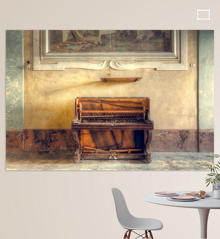 Piano tegen een Muur. van Roman Robroek