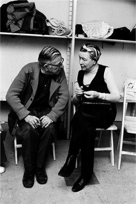 beauvoiriana:  Simone de Beauvoir et Jean-Paul Sartre dans la salle de rédaction du quotidien Libération, Paris, 1973. Photographe: Marc Sim...