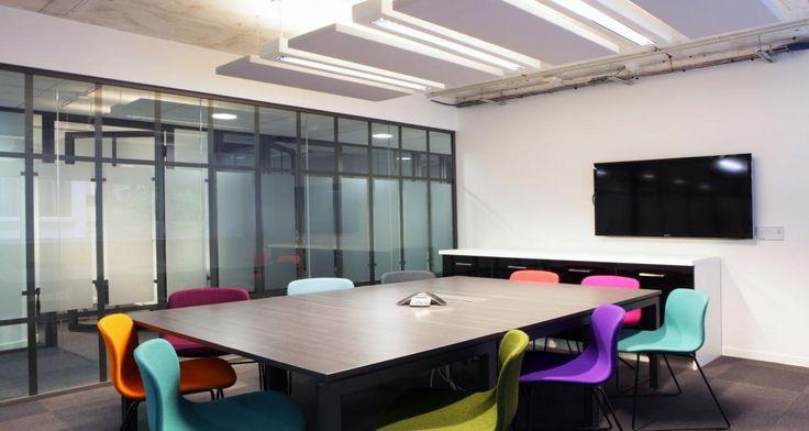 Salle de réunion dans les bureaux du Leader @ Business à Clichy-sous-Bois, France