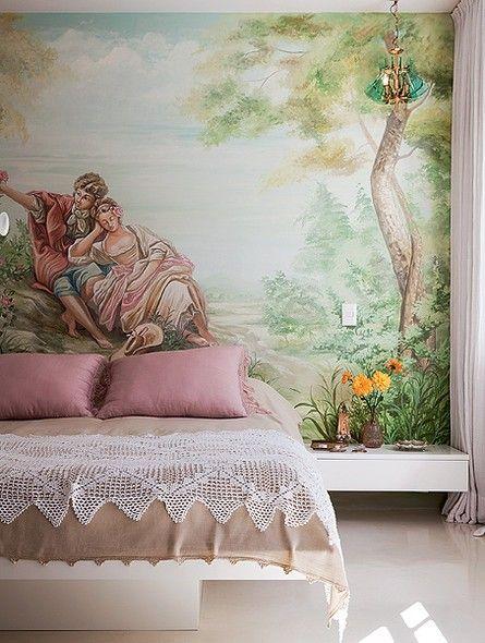No quarto da designer de interiores Maristela Gorayeb há um painel pintado pelo artista José Munhoz