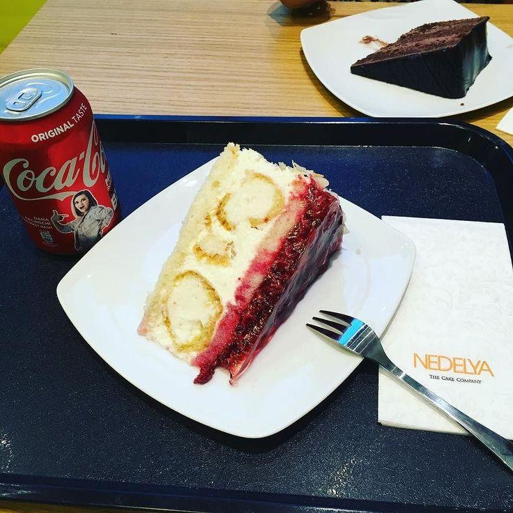 White pProfiterole with Strawberry  #sweet #cake #whitecream #bucharest #coke