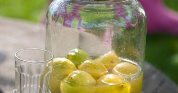 Limoncello är en traditionell digestif som serveras i södra Italien och längs med Amalfikusten, gärna efter en riktigt god middag. Den kan göras både på hela citroner och på citronskal. Likören är sötsyrlig och när den är färdig är den ljust gul i färgen. /Leila