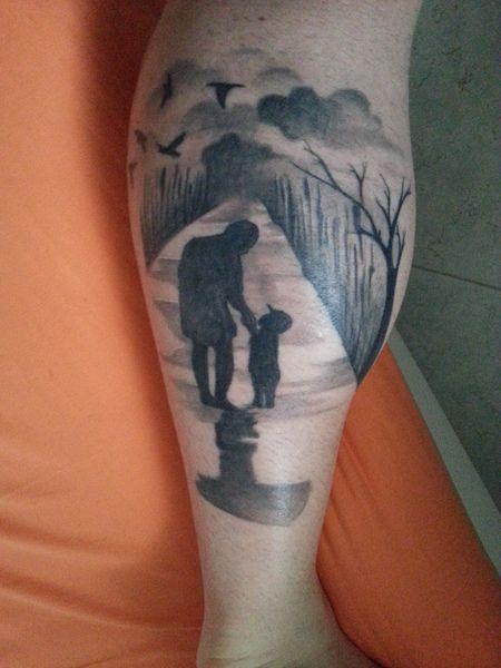 """usmnaledreams  #casttattoo  In redazione stanno arrivando tantissime foto di tatuaggi con storie bellissime.  Grazie a tutti e continuate così!  Ecco il tatuaggio di """"usmnaledreams"""".  """" il mio primo tatuaggio: rappresenta il rapporto tra me e mio padre. Si trova sul polpaccio sinistro, una parte del mio corpo che apprezzo particolarmente. molti dettagli della scena sono significativi: dal cappellino del bimbo alla strada bagnata, al tau. """"  http://tattoo.codcast.it/"""