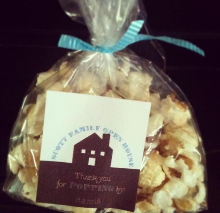 Great idea for a housewarming party favor using Avery 22806 square label, free printable and popcorn! #diypartyfavor