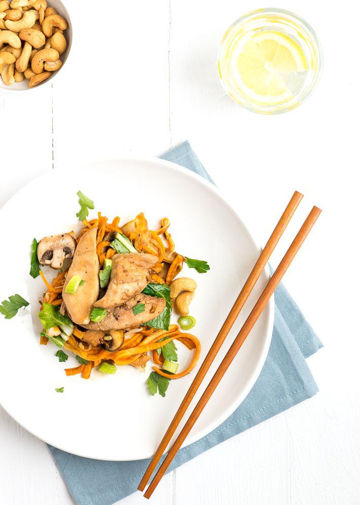 zoete aardappel noodles met oosterse groenten, kip en cashewnoten
