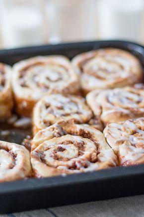 Oei wat waren deze cinnamon rolls lekker! Om eerlijk te zijn betreft het hier geen simpele cinnamon rolls, maar karamel en pecannoten cinnamon rolls. Dat is een mondvol, maar de karamel en de pecannoten voegen wel echt iets toe aan de smaak van deze rolls. Daarnaast heb ik nog een eigen kruidenmengsel toegevoegd om de...Lees Meer »