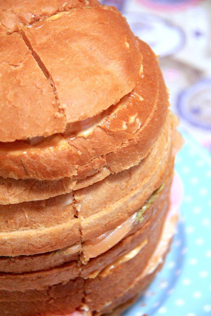 450 g di farina manitoba 150 g di semola rimacinata di grano duro 16 g di lievito di birra fresco 150 ml di acqua tiepida 1 uovo medio 20 g di sale 130 ml di latte intero 30 g di zucchero 80 g di burro 150 g di gamberi 50 g di prosciutto cotto 50 g di salmone affumicato 100 g di salsa tonnata 100 g di salsa cocktail 100 g di pesto 100 g di sgombro sott'olio Istruzioni In planetaria o in una ciotola mescolate insieme le due farine setacciate. Fate sciogliere poi il lievito nell'a