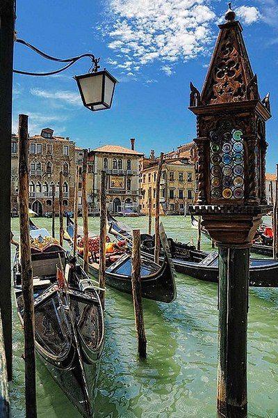 """""""Я никогда не забуду свои первые впечатления от Венеции. Такое ощущение, что тебя переносит в другое время: живопись, музыка, еда и пропитанный истинной романтикой воздух делают этот город неповторимым."""" Элизабет Беркли Ирина"""