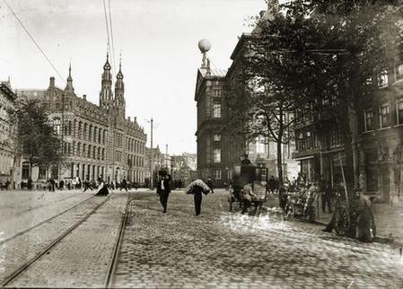 Breitner keek terug langs de Nieuwezijds Voorburgwal in de richting van het Koninklijk Paleis en het toenmalige Hoofdpostkantoor (nu winkelcentrum Magna Plaza). 1907-1910