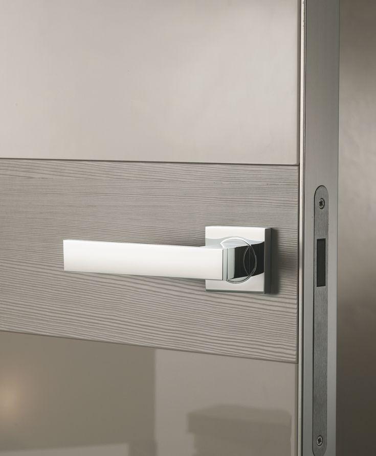 Es un juego de manivelas modelo Sketch en color Cromo Brillo sobre puerta lacada en gris.Una combinación muy sofisticada para puertas de cocina, baño o salón.