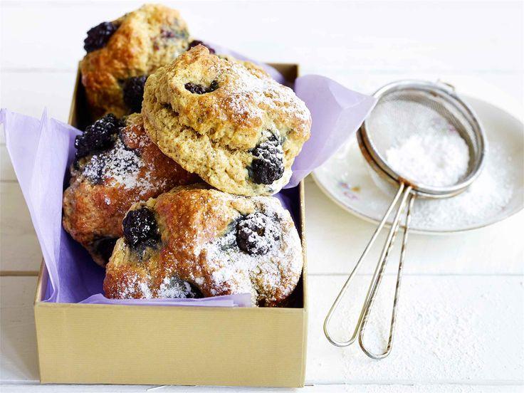 Sitruunaiset karhunvatukkaskonssit Skonssit (engl. scones) ovat mainio kahvileipä tai viikonlopun brunssipöydän leivonnainen.  http://www.valio.fi/reseptit/sitruunaiset-karhunvatukkaskonssit/ #valio #resepti #ruoka #recipe #food