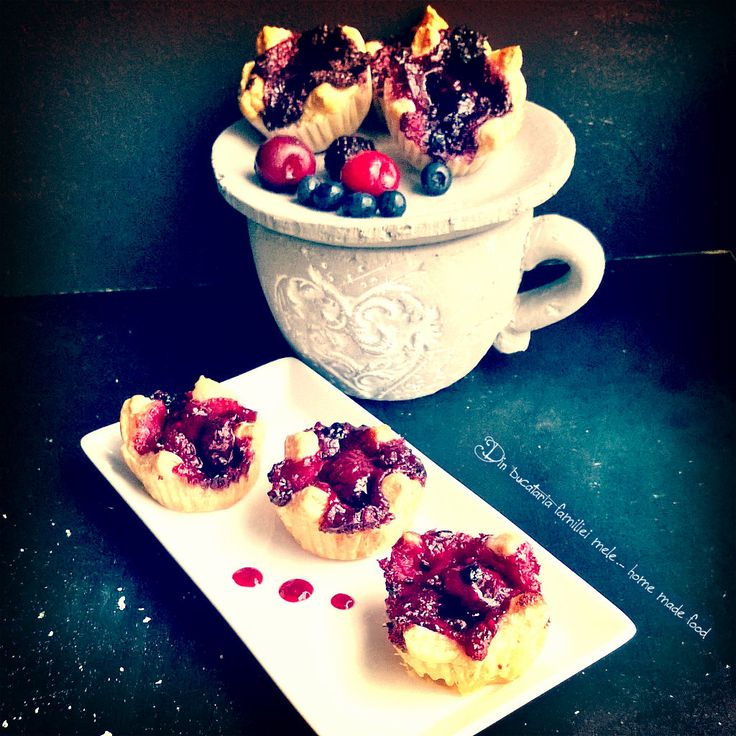 Cosulete cu mure, cirese, afine si zmeura/A basket of blackberries, cherries, blueberries and raspberries