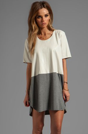 Michelle Mason Leather Front Tee Dress en Gris y hueso | REVOLVE