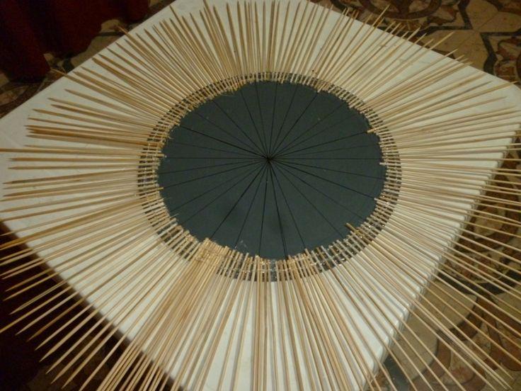 Espejo hecho con palitos de pincho proyectos que for Espejos con marco de madera decorados