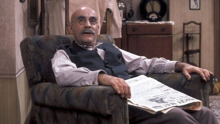 Actor Warren Mitchell dies aged 89 - BBC News