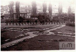 Park a Tarján-patak mellett (mai Népjóléti Központ helyén), háttérben a Menház utca és környékének családi házai