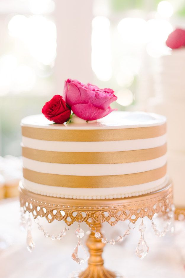A gold-striped cake that Kate Spade would definitely approve of.