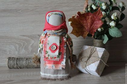 Купить или заказать Берегиня в интернет-магазине на Ярмарке Мастеров. Берегиня -Столбушка — одна из древнейших кукол-оберегов. Светлая, добрая и заботливая. В её основе – ветка берёзы, исцеляющего и защищающего русского дерева. Кукла хранит в себе частичку тепла хозяев и оберегает дом. В одной руке у неё мешочек с лекарственными травами - для здоровья, в другой корзинка с крупой - для достатка. Обычно Берегиня размещается при входе в дом, выше головы, таким…