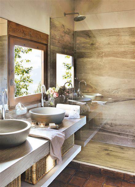 Baño con lavamanos doble y azulejo que imita a madera