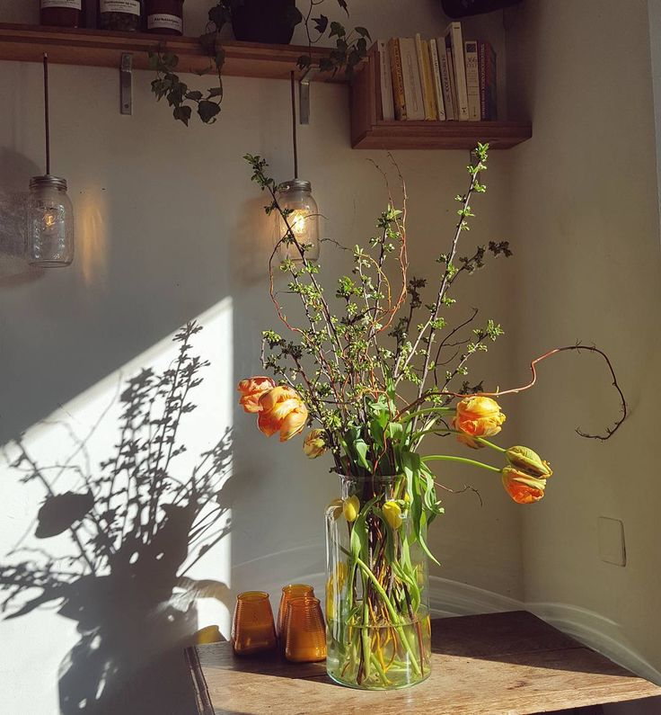Leeet the sunshine iiin leeet the sunshine iiin!  In the miraculously cosy Bloem restaurant it's tulip season