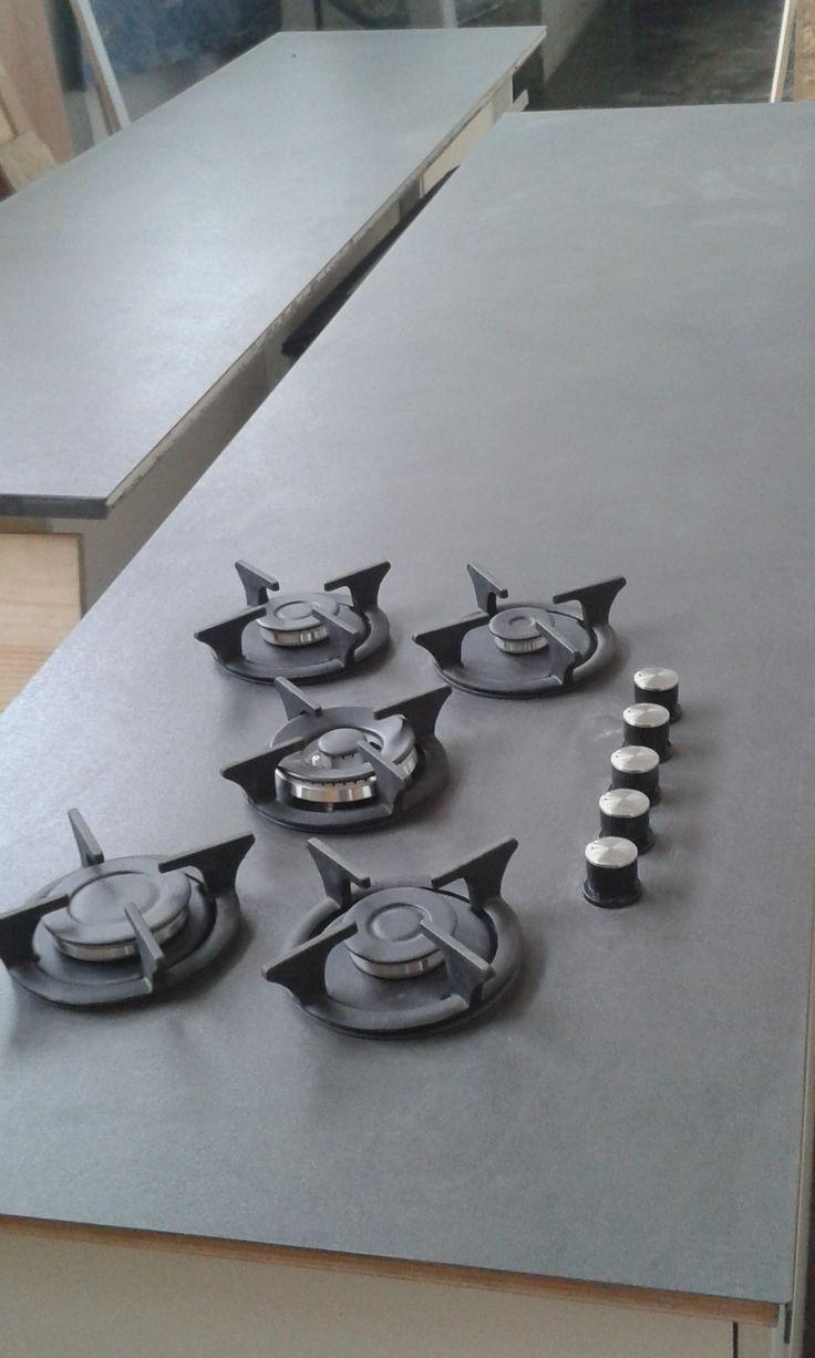 Piano cottura integrato nel top in kerlite Www.menegatti.eu #kerlite #design #cucina #kitchens